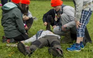 """Patrulje Rev fra 1.Langhus speidergruppe jobber flittig med """"pasienten"""" sin."""