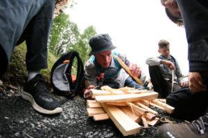 Patruljefører Andreas fra Pingvin prøver å få opp bålet på færrest mulig fyrstikker for å sanke flest mulig poeng.