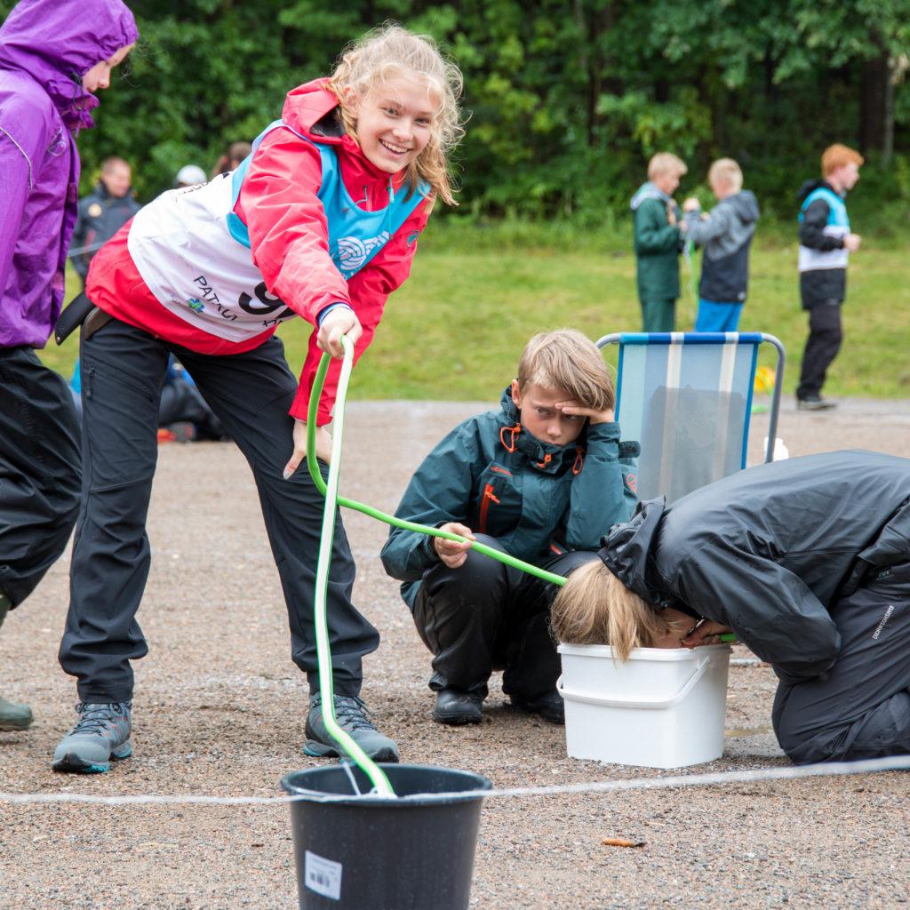 Patruljene Konkurrerer I å Løse Praktiske Utfordringer. Fra Venstre: Miriam Eline Bergan, Olav Rom. Foto: Lars Røraas